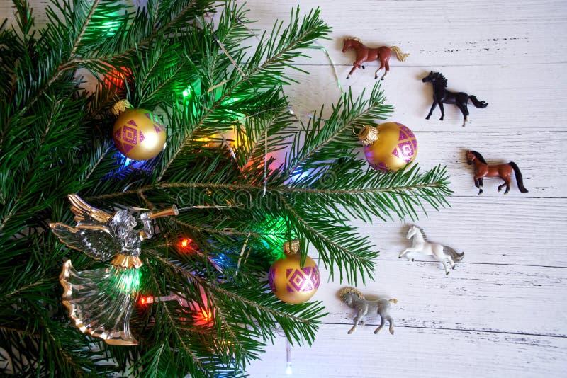 Decorado com brinquedos e luzes, o ramo da árvore de Natal imagem de stock royalty free