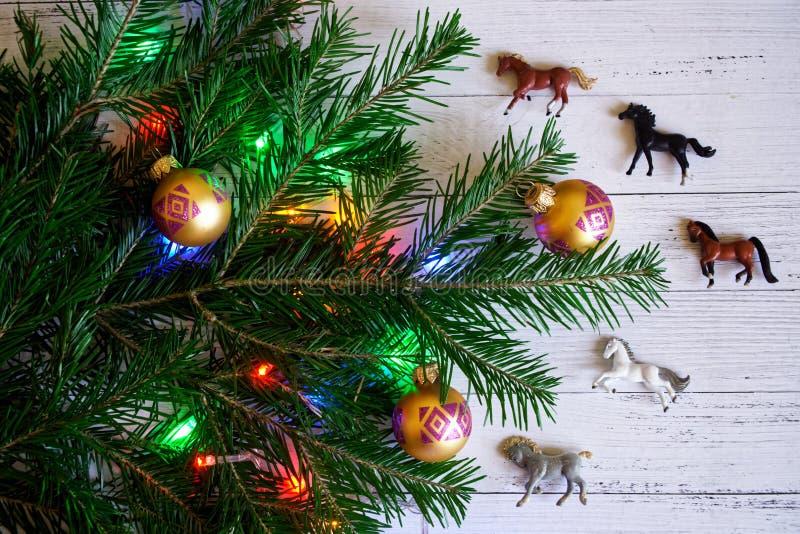 Decorado com brinquedos e luzes, um ramo da árvore do ano novo imagem de stock