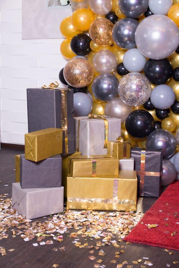 Decorado com a decoração colorida dos balões para a fotografia Photozone foto de stock