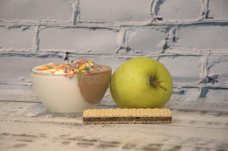Decorado com gelado e o waffle verdes de Apple foto de stock