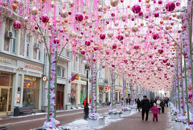 Decorado festiva pelo Natal e o ano novo a rua velha de Arbat imagem de stock royalty free