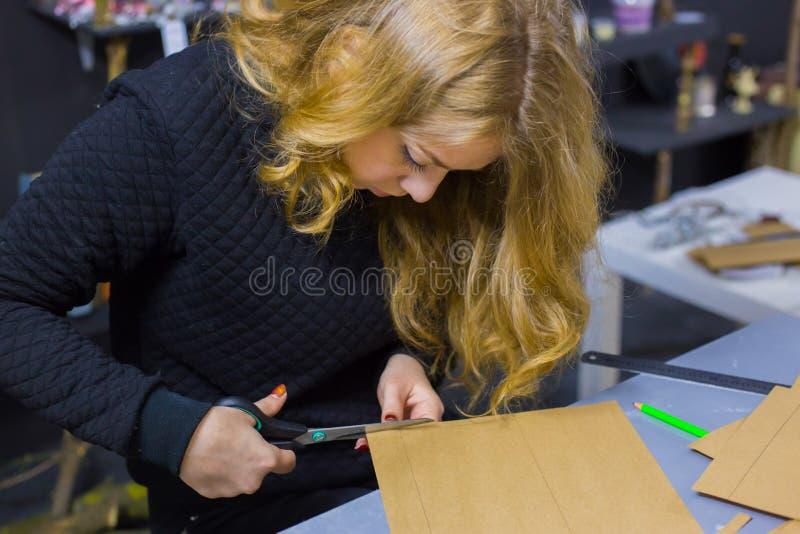 Decorador da mulher profissional, desenhista que trabalha com papel de embalagem imagem de stock