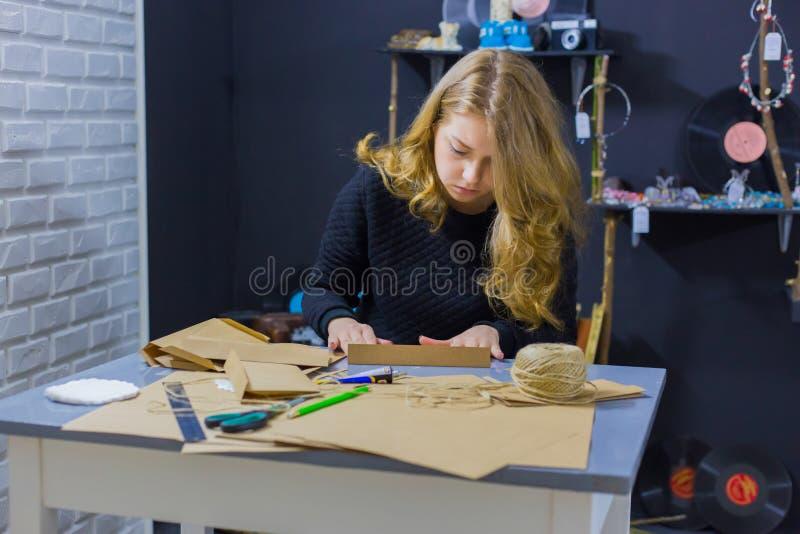 Decorador da mulher profissional que trabalha com papel de embalagem fotografia de stock royalty free