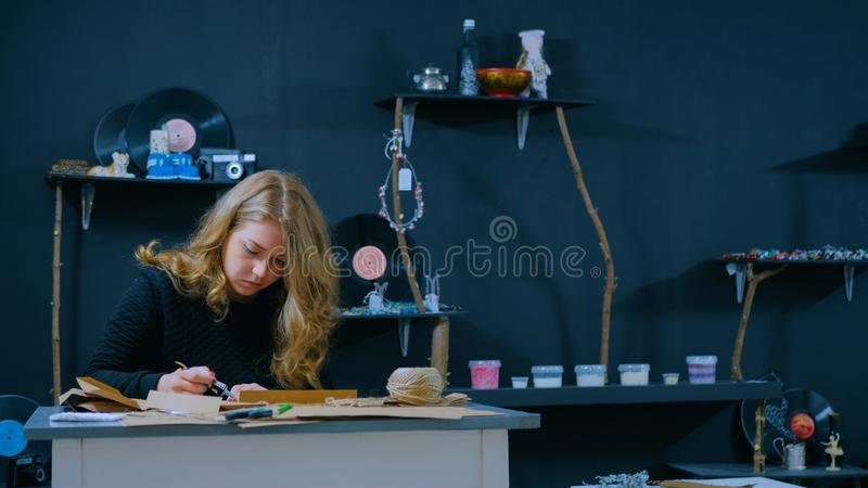 Decorador de la mujer profesional, dise?ador que trabaja con el papel de Kraft imágenes de archivo libres de regalías