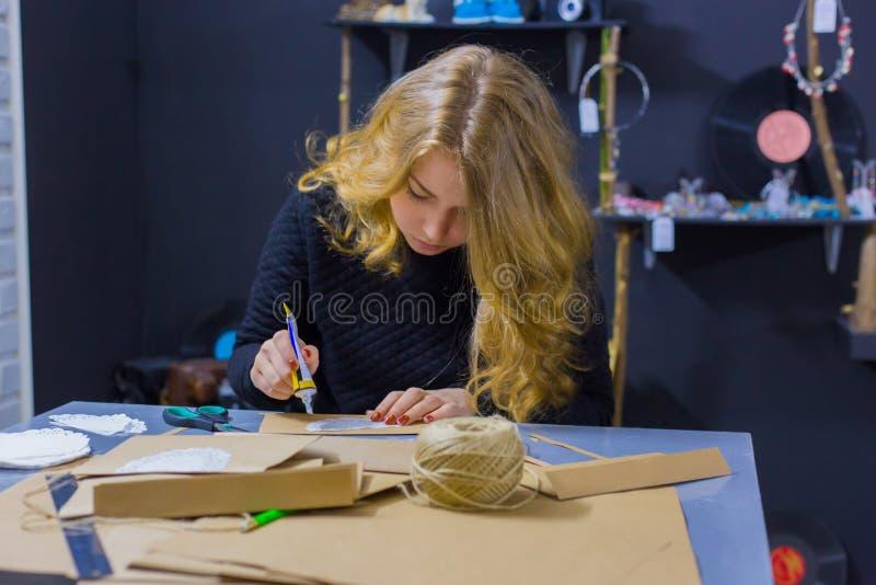 Decorador de la mujer profesional que trabaja con el papel de Kraft imagenes de archivo