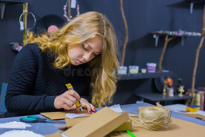 Decorador de la mujer profesional que trabaja con el papel de Kraft foto de archivo libre de regalías