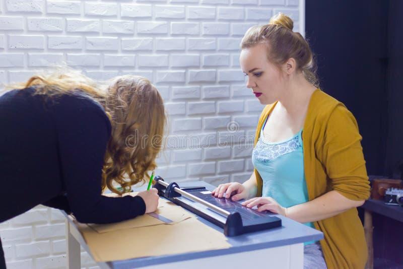 Decorador de las mujeres profesionales que trabaja con el papel de Kraft imagenes de archivo