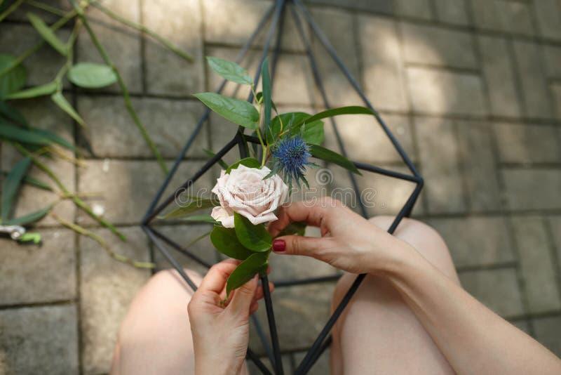 Decorador do florista que corta flores frescas e para pô-lo ao florarium Decoração do evento Trabalhos do florista fotos de stock royalty free