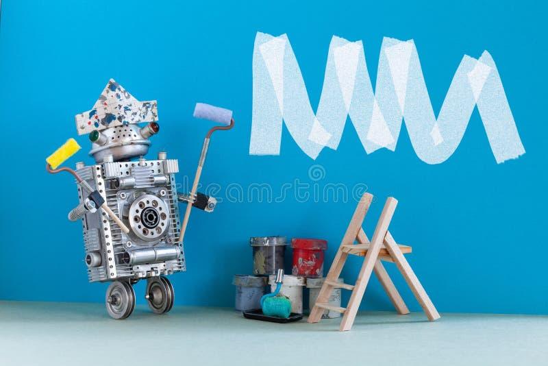 Decorador do pintor no trabalho Desenhista do robô com rolo e cubetas de pintura Conceito interior da redecoração da sala Copie o fotos de stock royalty free