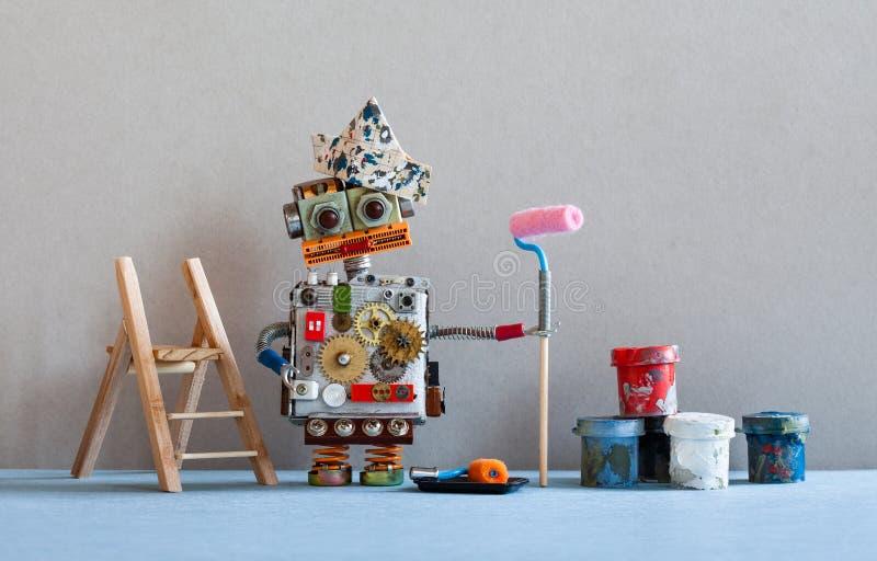 Decorador do pintor do robô com rolo de pintura, escada de madeira Interior azul da sala do assoalho da parede cinzenta imagem de stock