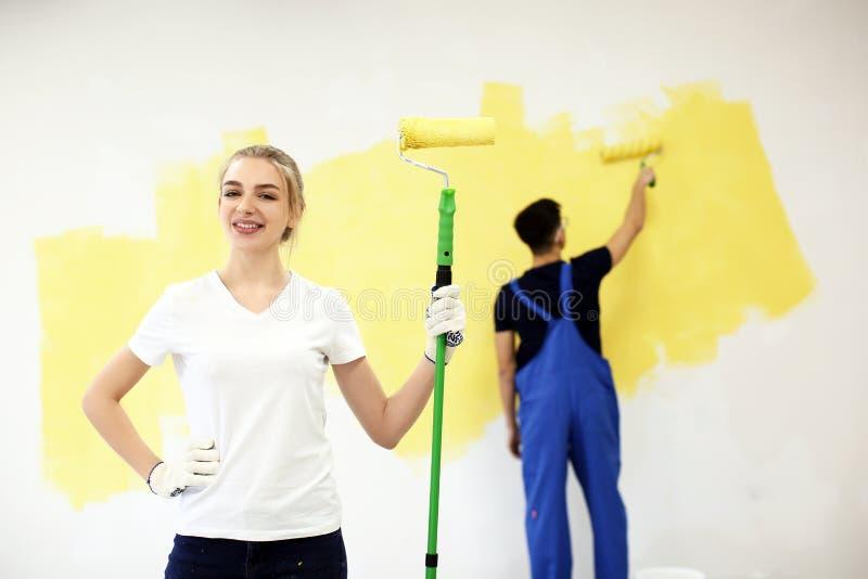 Decorador fêmea com rolo de pintura dentro imagens de stock royalty free
