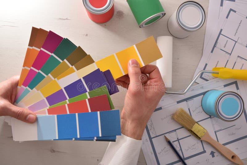 Decorador que escolhe uma cor para a opinião superior da habitação social interior fotos de stock royalty free