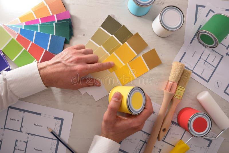 Decorador que escolhe uma cor para a parte superior interior da habitação social foto de stock royalty free