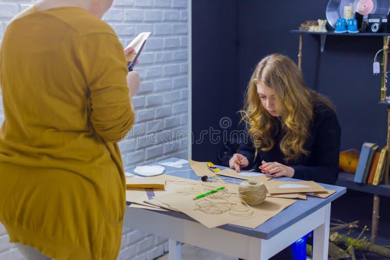 Decoradores de las mujeres profesionales que trabajan con el papel de Kraft fotos de archivo libres de regalías