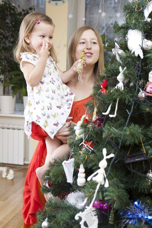 Decorando a árvore de Natal em casa imagens de stock royalty free