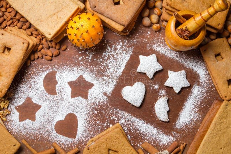 Decorando biscoitos do pão-de-espécie com açúcar de crosta de gelo imagens de stock