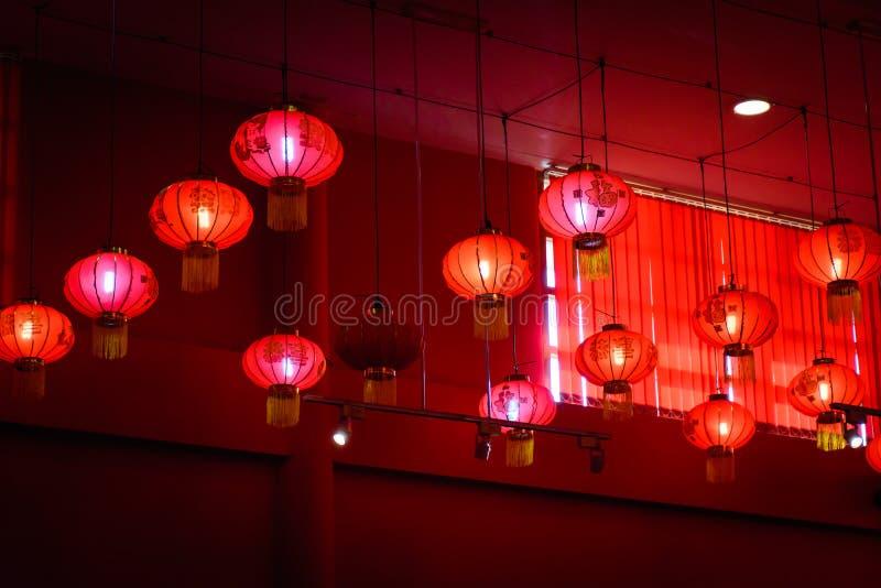 Decorando lâmpadas chinesas de suspensão da lanterna no teto fotos de stock royalty free