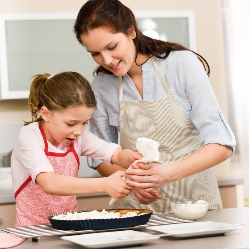 Decorando a matriz e a filha do bolo imagens de stock royalty free