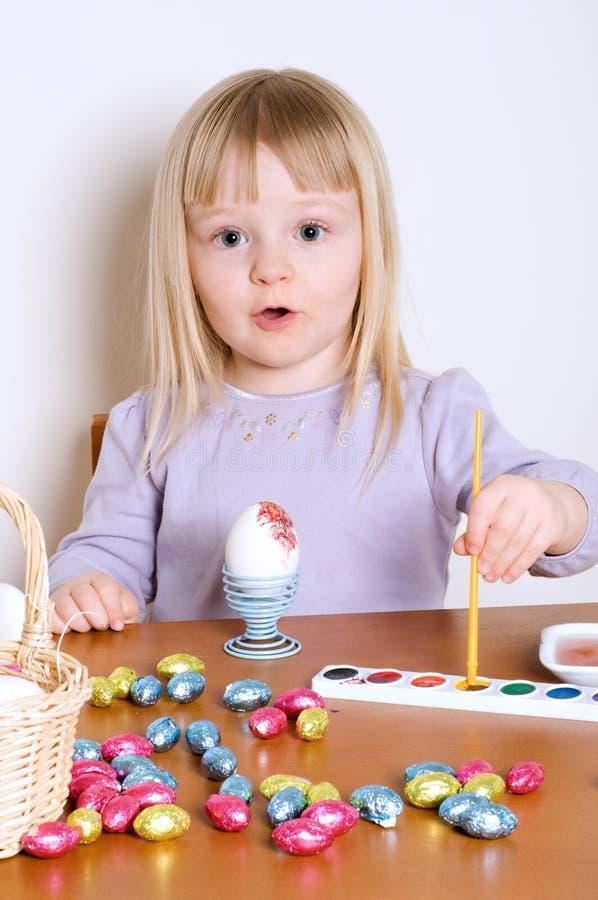 Decorando os ovos de Easter fotografia de stock royalty free