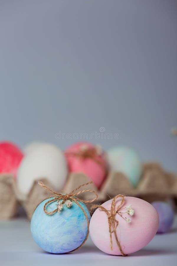 Decorando ovos A Páscoa está vindo logo imagem de stock