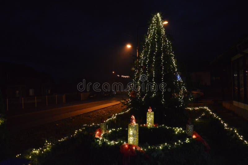 Decorando segundos candlies do advento e feriados do Natal do celebrat do treeto do Natal imagens de stock