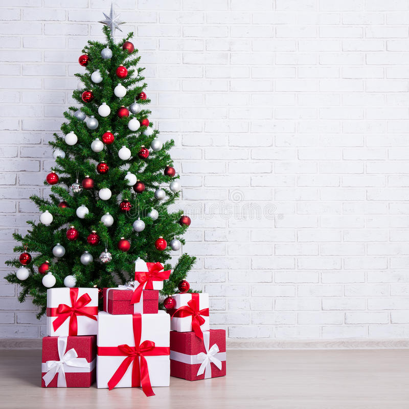 Free Decorated Christmas Tree With Colorful Balls And Gift Boxes Over Royalty Free Stock Image - 77964526