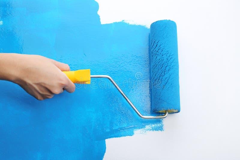 Decorateur` s hand het schilderen muur stock illustratie