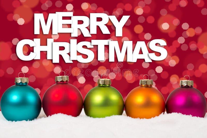 Decorati colorido del fondo de las bolas de la tarjeta de la Feliz Navidad en fila imagen de archivo