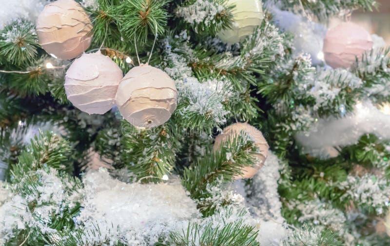 Decoratie op de Kerstboom in de vorm van roomijsballen stock fotografie