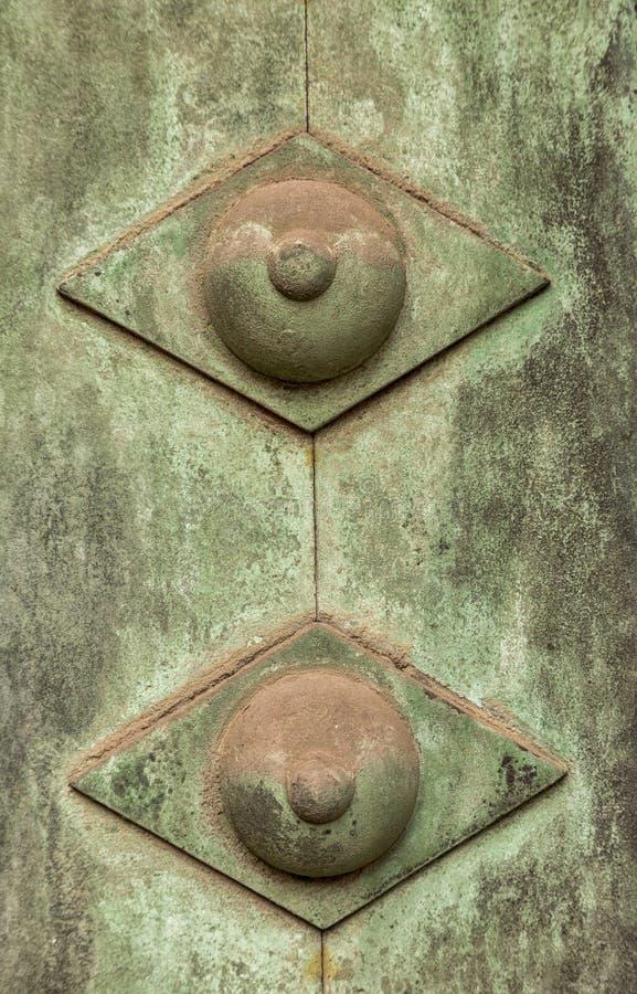 Decoratie op de oude deur stock afbeelding
