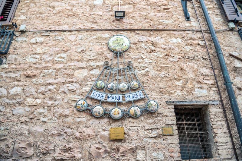 Decoratie op gebouwen in het historische centrum van mooie stad van Spello, in Umbria Region, Italië stock fotografie
