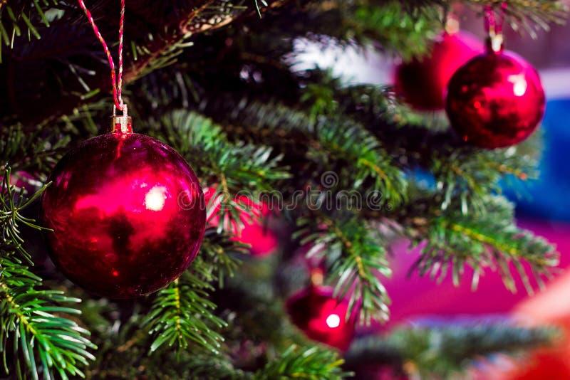 Decoratie rode ballen voor Nieuwjaarboom De kaart van de groet stock foto's