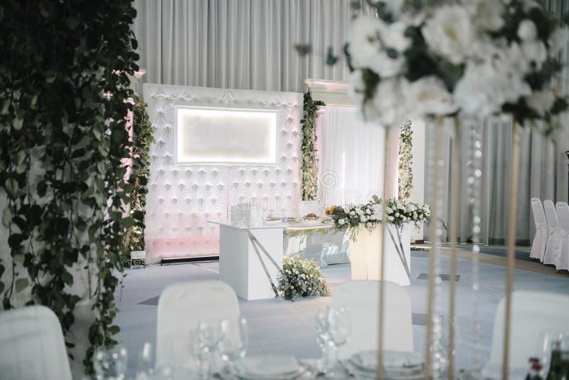 Decoratie van de banketzaal op de huwelijksdag stock foto