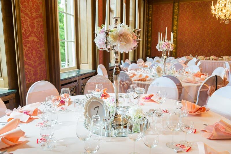 Decoratie van de lijst in een roze stijl Huwelijksdecoratie in roze tonen Glazen en platen op de laag royalty-vrije stock fotografie