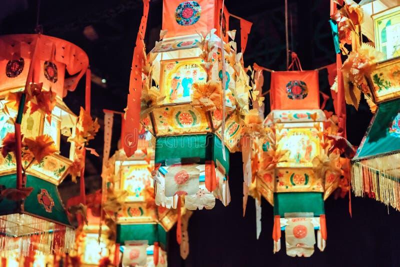 Decoratie van de Lluminated hangen de rode Chinese lantaarn tijdens Chinese Nieuwe jaarviering in openlucht bij nacht Een dichte  royalty-vrije stock fotografie