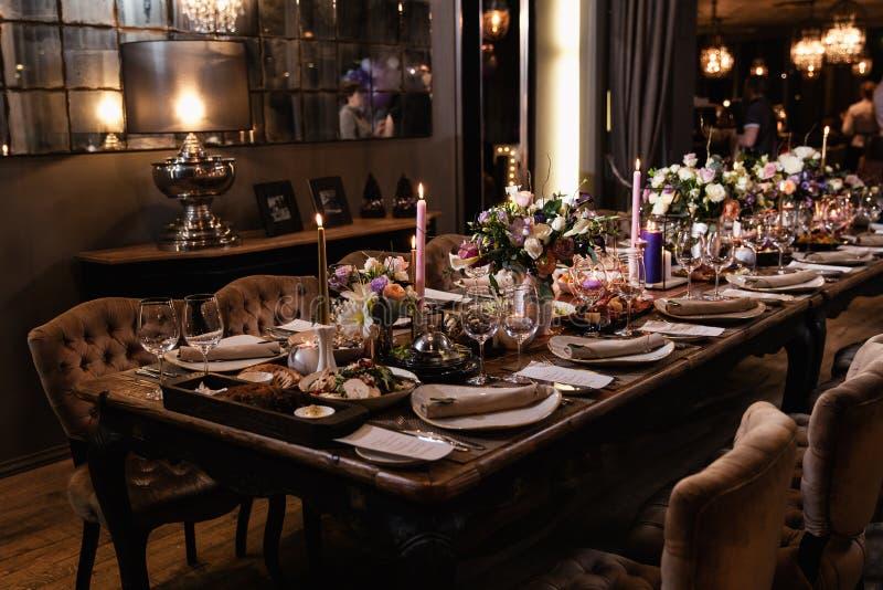 Decoratie van een lijst bij een van de huwelijksontvangst of verjaardag partij - Mooie donkere kleuren stock afbeelding