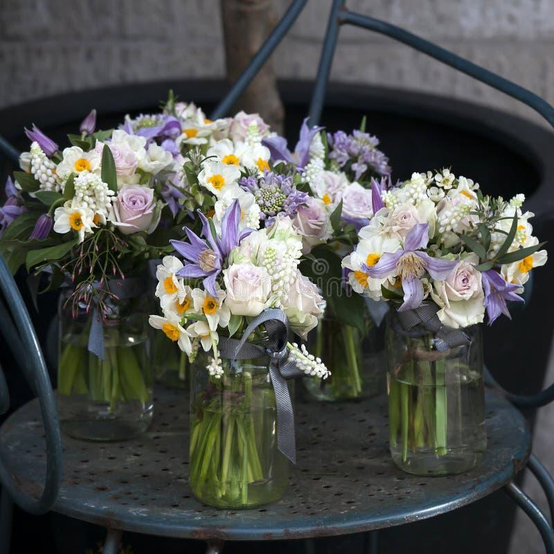 Decoratie van eettafel boeket van witte narcissen in vaas for Decoratie in vaas