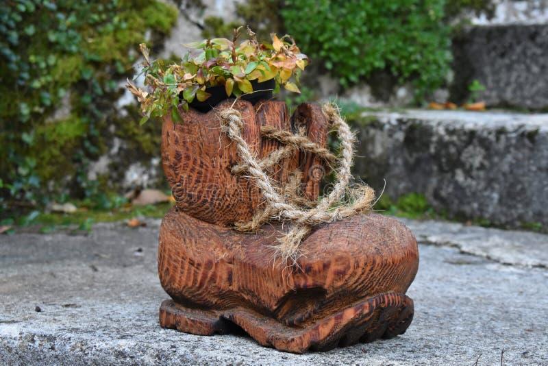 Decoratie van houten laarzen met bloemen royalty-vrije stock fotografie