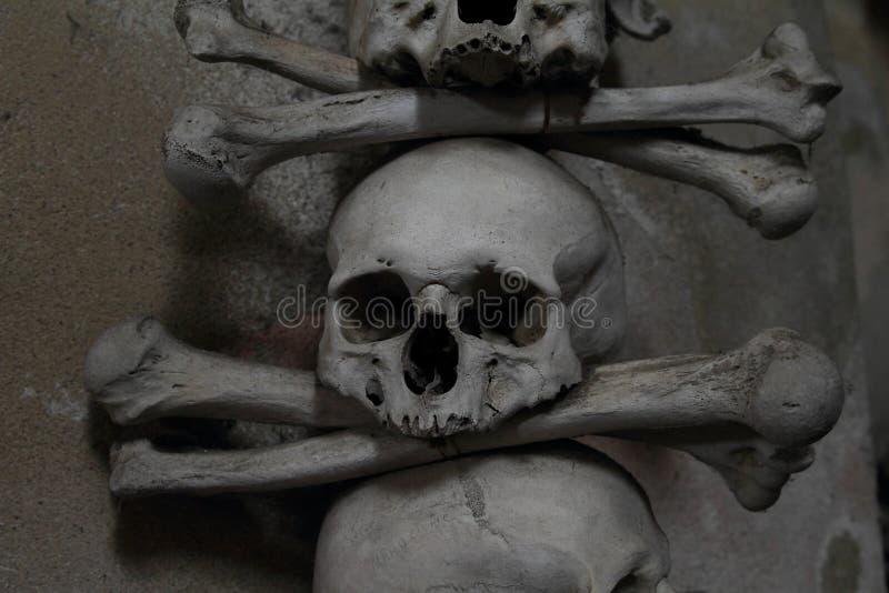Decoratie van menselijke beenderen en schedels stock fotografie