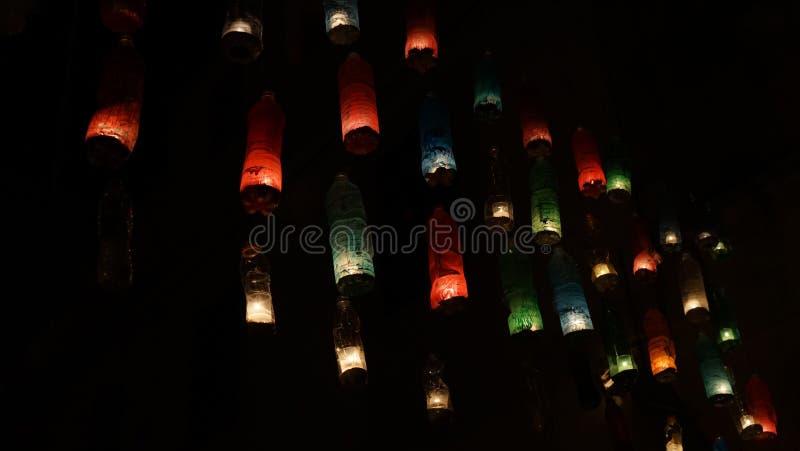 Decoratie van plastic flessen Multi-colored flessen met candl stock afbeeldingen