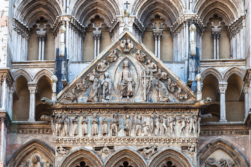 Decoratie van voorgevel van Ferrara Kathedraal stock afbeelding