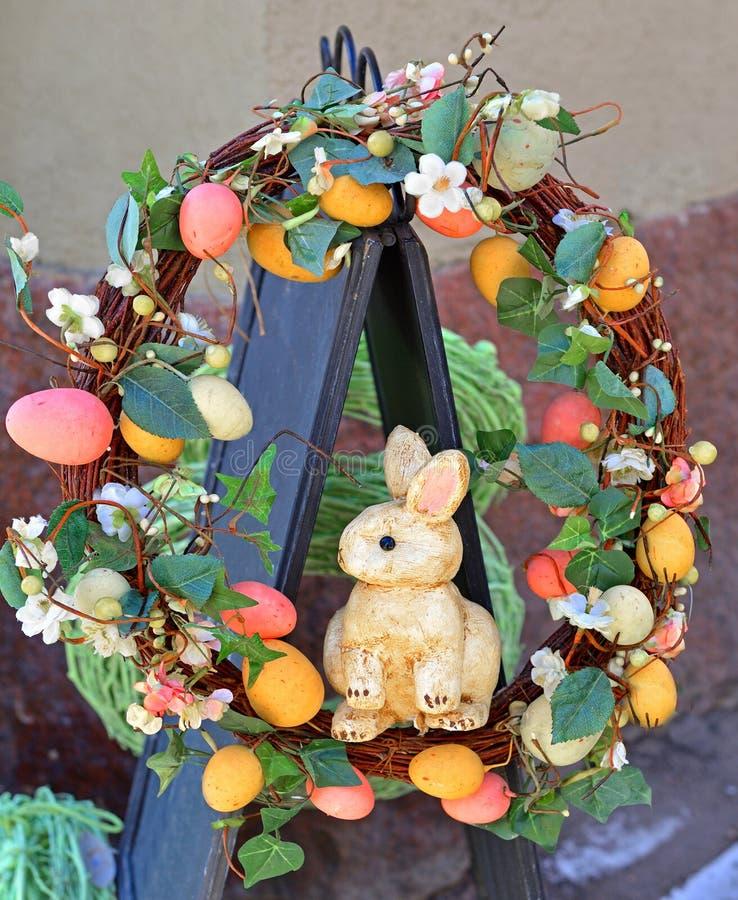 Decoratie voor Pasen in straat Helsinki, Finland stock foto