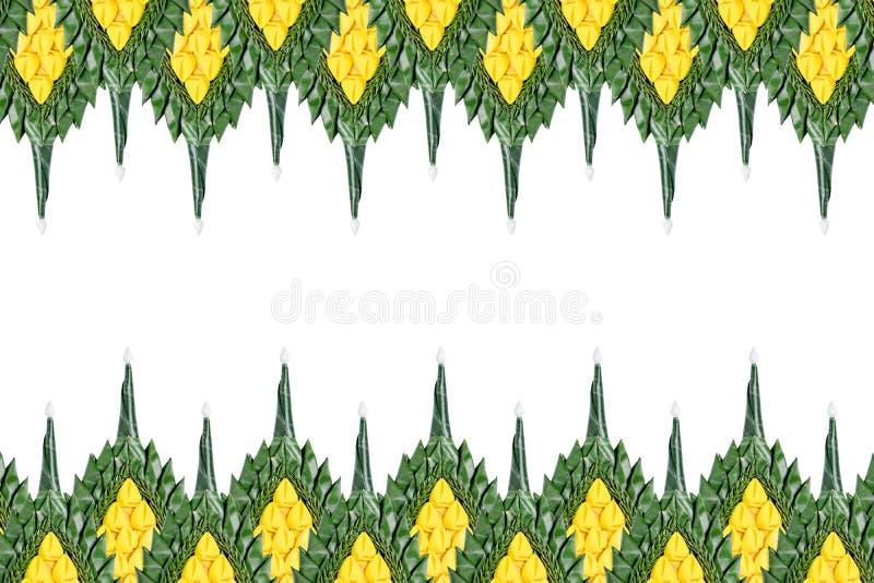 Decoratieachtergrond van bloem en groen banaanblad dat wordt gemaakt royalty-vrije stock fotografie