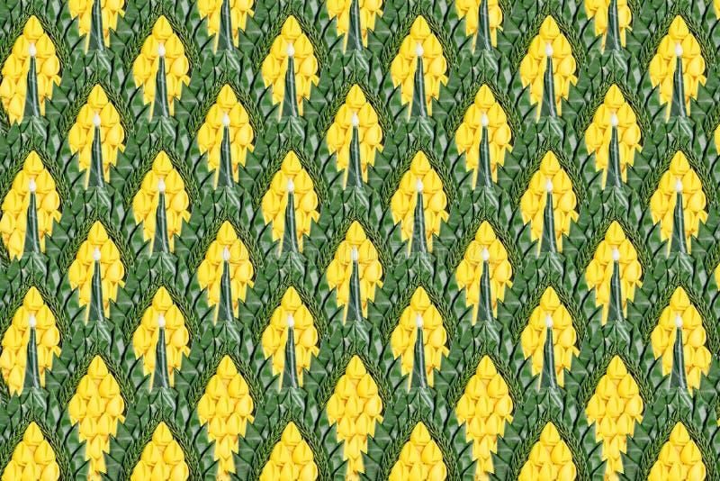 Decoratieachtergrond van bloem en groen banaanblad dat wordt gemaakt stock foto