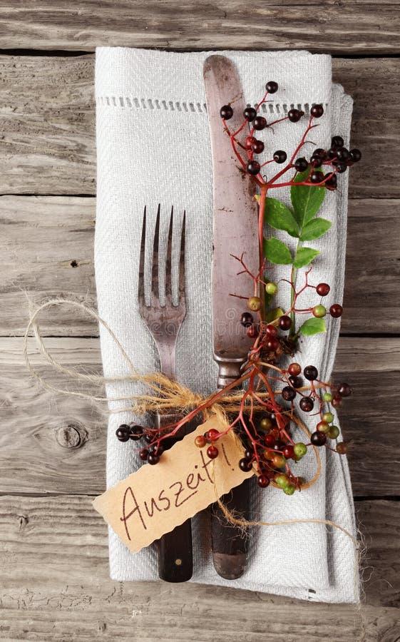 Decoratief Autumn Table met uitstekend tafelzilver en servet stock afbeeldingen