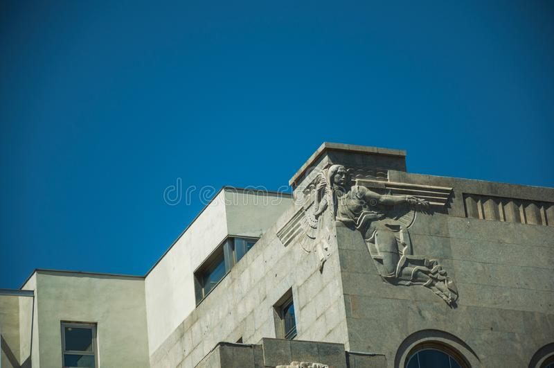 Decoratief beeldhouwwerk in Deco-stijl bovenop van het inbouwen van Madrid royalty-vrije stock fotografie