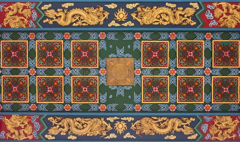 Decoratief beeldhouwwerk op het plafond van een Chinese tempel in Thai royalty-vrije stock fotografie