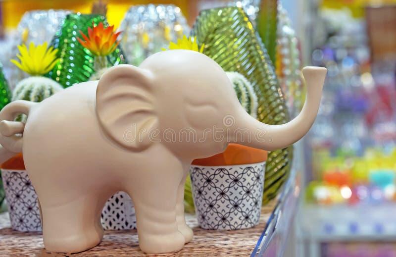 Decoratief beeldje van een olifant in een giftwinkel stock afbeelding