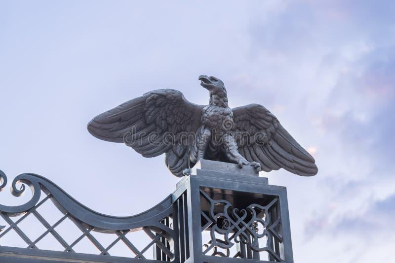 Decoratief cijfer van een adelaar op de poort van de hogere ingang aan de Bahai-Tuin op de straat Yefe Nof in Haifa stock foto's