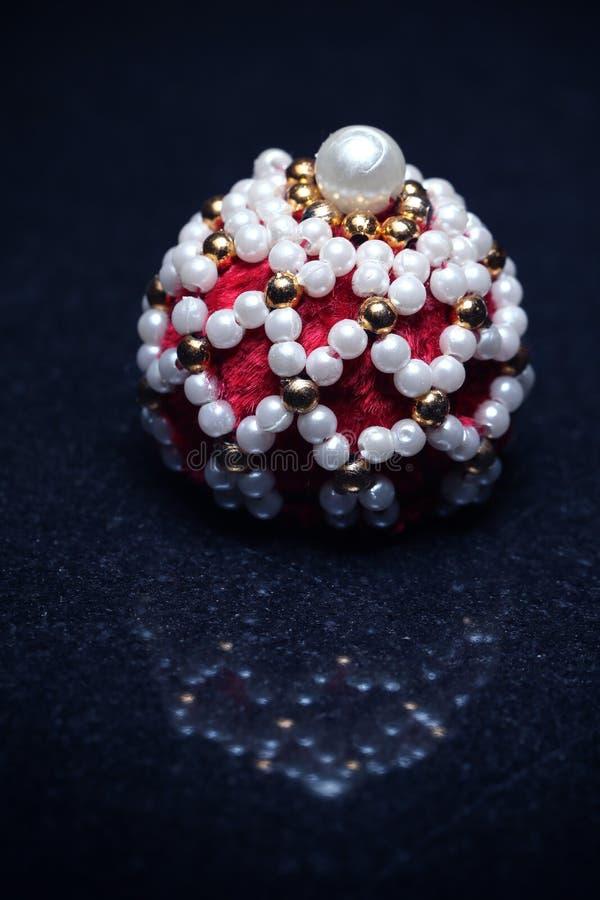 Decoratief die punt door parels en rood bont wordt omringd royalty-vrije stock afbeelding